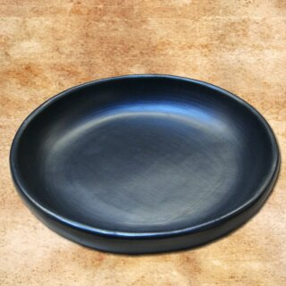 Round plate with raised rim